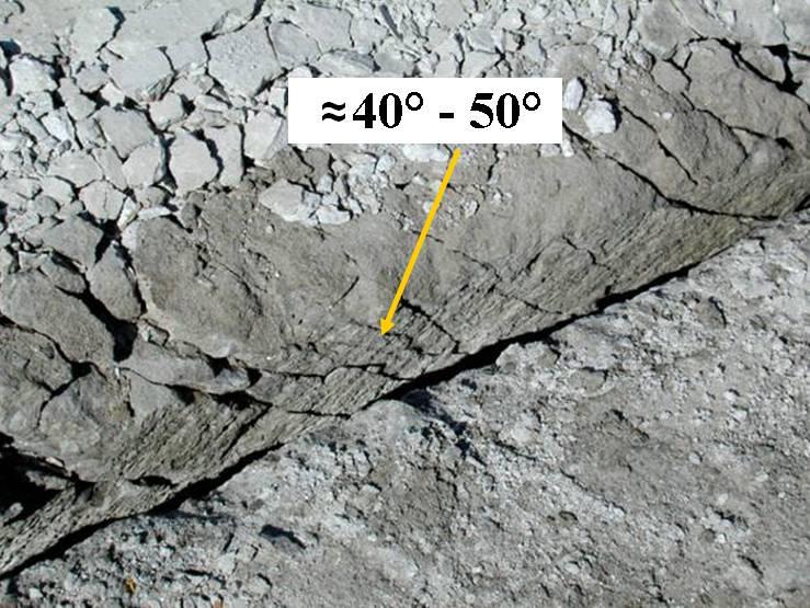 Деструктуризация цементобетона на всю толщину с расположением фрагментов под углом 40°-50°